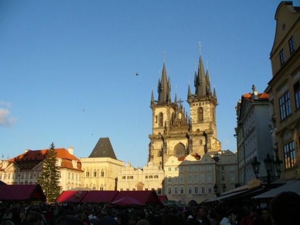 Weihnachtsmarkt am Prager Rathaus - teurer Touristenmagnet.