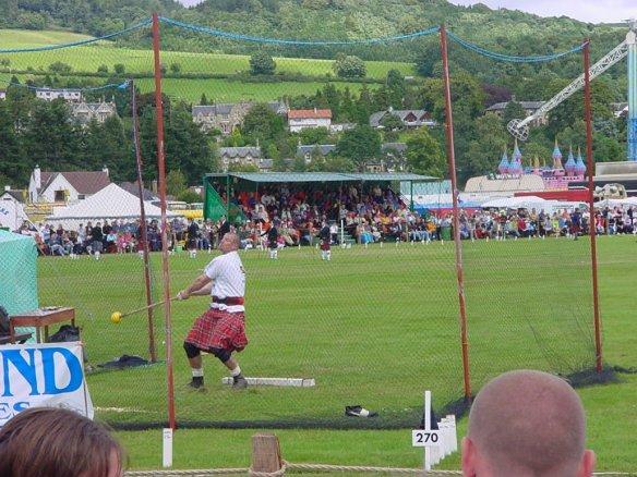 Hammerwerfer bei den Highland Games in Schottland.