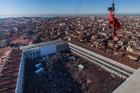 Der Engel schwebt zur Eröffnung des Karnevals auf den markusplatz herab. Foto: www.carnevale.venezia.it
