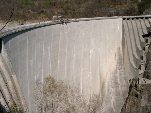 Ob ein Agent in einem steckt, stellt sich am Absprungbrett heraus: Staudamm des Lago di Vogorno in der Nähe von Locarno. Foto: fischeradventures.com