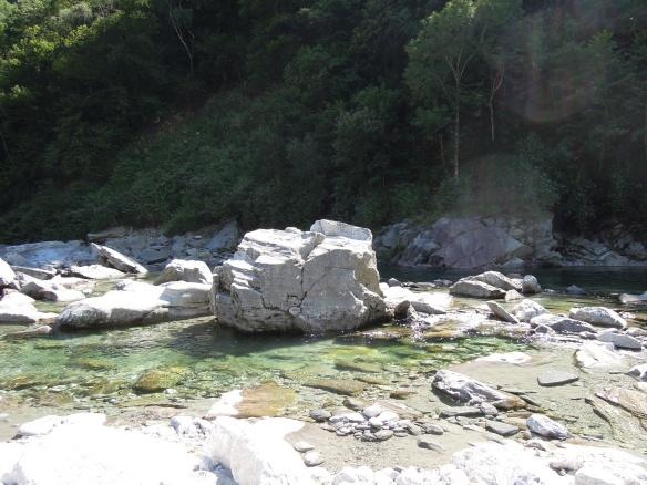 Natürliche Badepools laden zum Bad im glasklaren Flusswasser ein. Foto: Johannes Endler