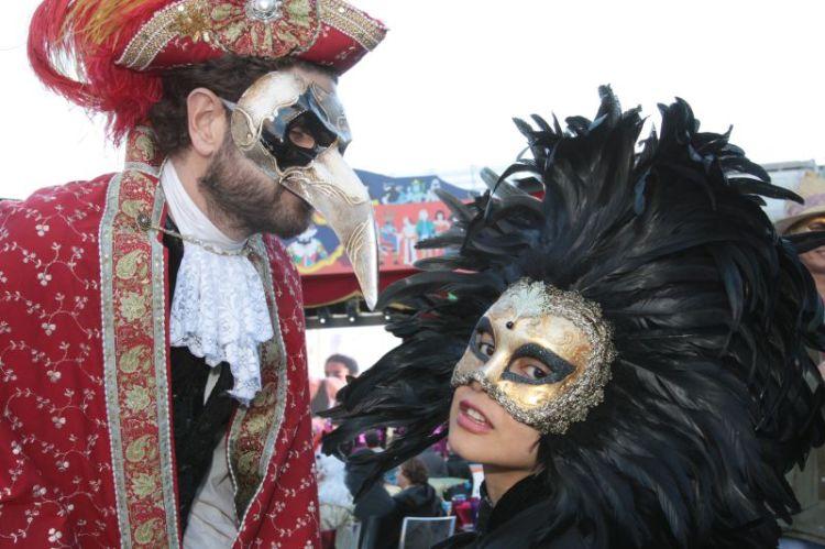 Traditionell: Die venezianischen Halbmasken, die auch Essen und Trinken ermöglichen - einzig die lange Nase könnte beim Karnevalsküßchen hinderlich sein. Foto: http://carnevale.venezia.it
