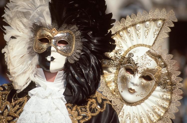 Eine eher stille Tradition: Unter der moretta ist kein Sprechen möglich. Foto: Azienda di Promozione Turistica (APT)