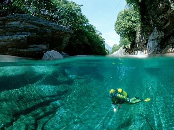 Das glasklare Wasser der Verzasca zieht mutige Flusstaucher an - Draufgänger unerwünscht. Foto: timroyale@flickr.com