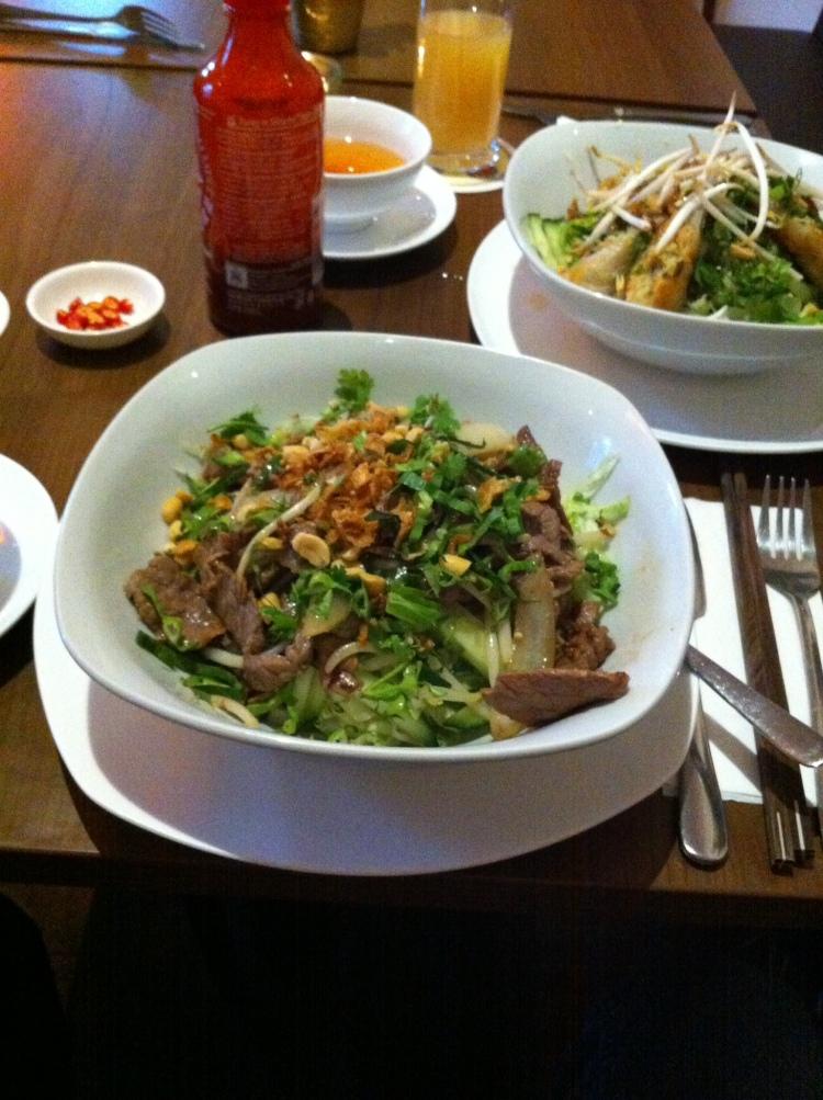 Die traditionellen Reisnudelgerichte Bun Nem und Bún Bò Nam Bo, im Schälchen die Fischsauce.
