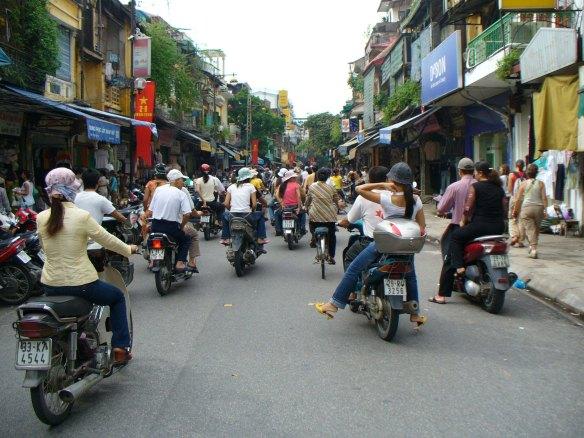 Straßenszene in Hanoi, Hauptstadt der Sozialistischen Republik Vietnam.