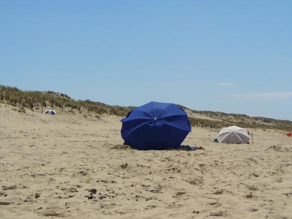 An der Atlantikküste gilt: Schirme bitte selber mitbringen. Und gegen den Wind stellen.