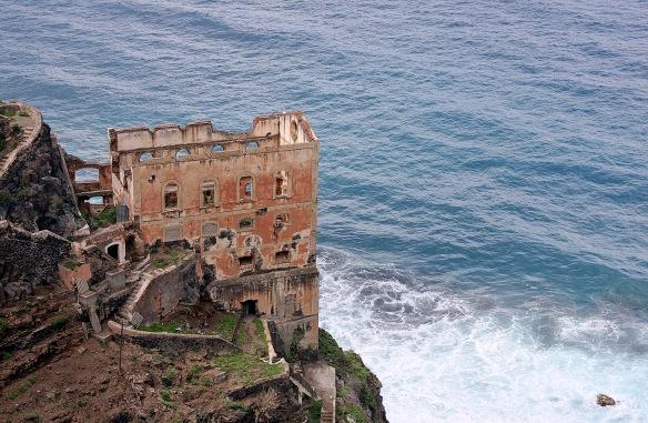 Die Ruine der Casa Hamilton klebt an der Steilküste.