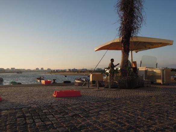 Abendstimmung im Hafen von Ferragudo. Grillen ist Chefsache.