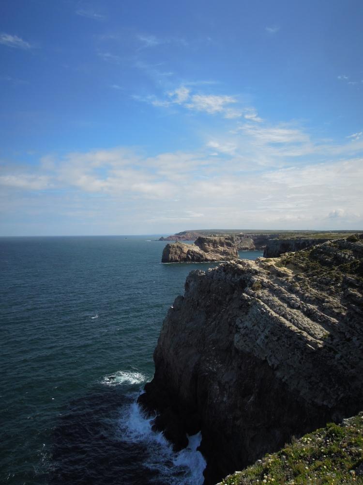 Nervenkitzel, auch wenn mal nichts an den Haken geht: Am Cabo de São Vicente krachen die Wellen gegen die Klippen, auf denen Fischer auf den großen Fang warten.