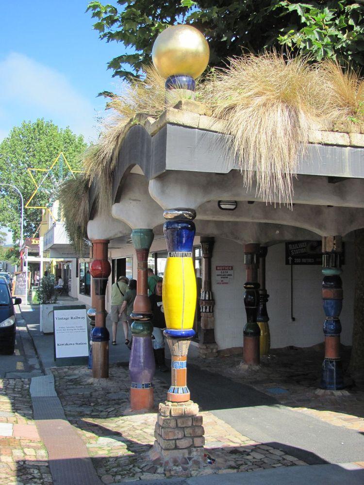 Die Hundertwasser-Toilette in Kawakawa, von der Straße aus gesehen. (Foto: Reinhard Dietrich, via Wikimedia Commons)