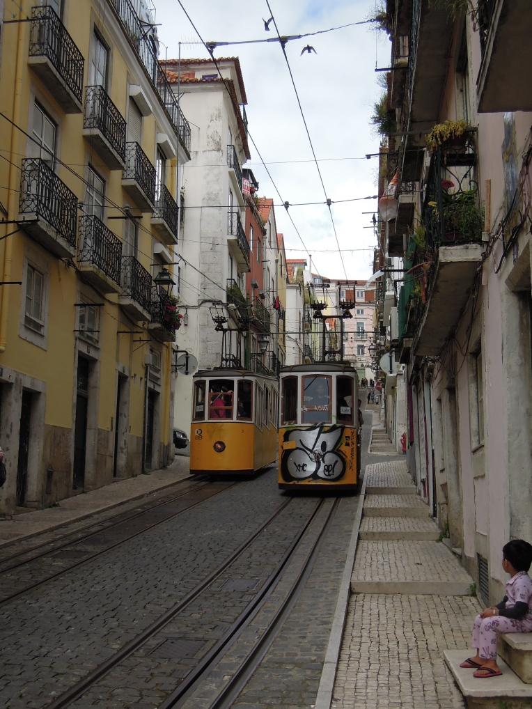 Ob der Platz wohl reicht? Straßenbahnen im Bairro Alto.