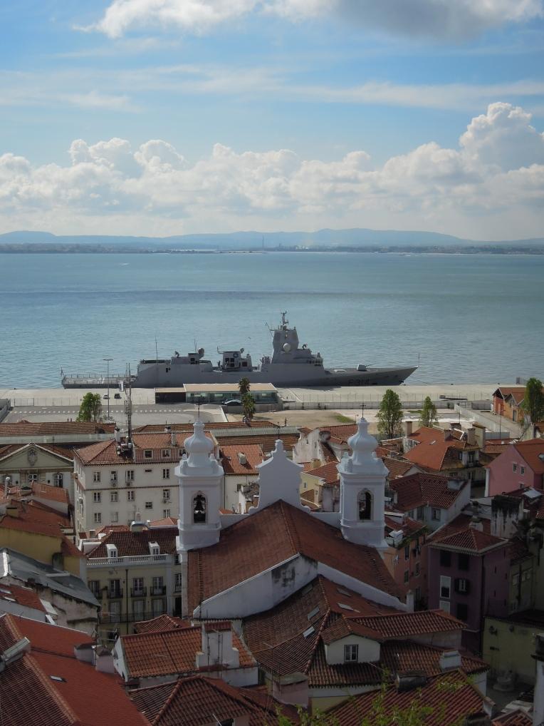 Krieg & Frieden. Auch die NATO genießt  den schönen Ausblick auf die Ingreja de São Miguel.