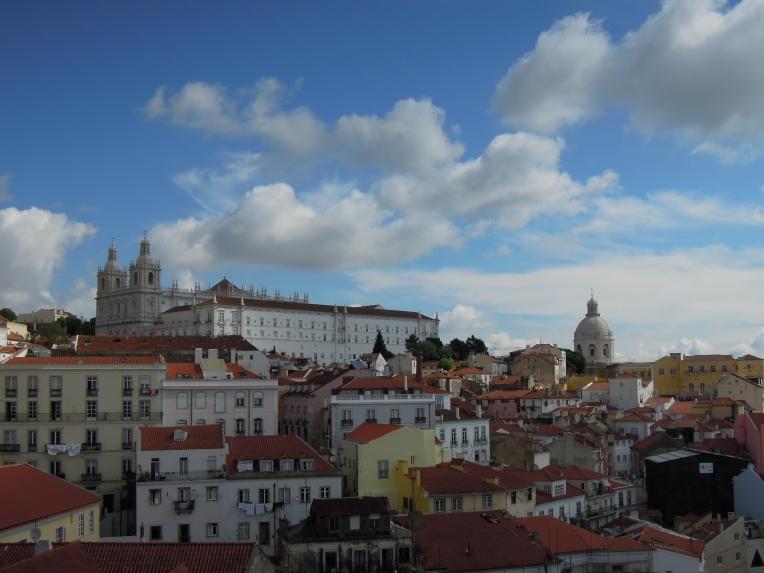 """Der Miradouro de Santa Luzia eröffnet ein spektakuläres Panorama über das """"alte"""" Lissabon."""