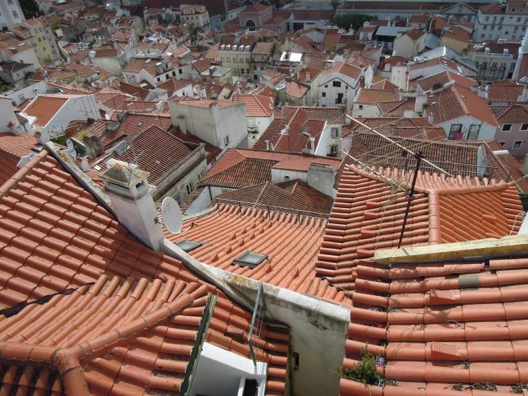 Hübsch anzusehen, doch die Fassade bröckelt vielerorts. Die Häuser im historischen Stadtviertel Lissabons, der Alfama.