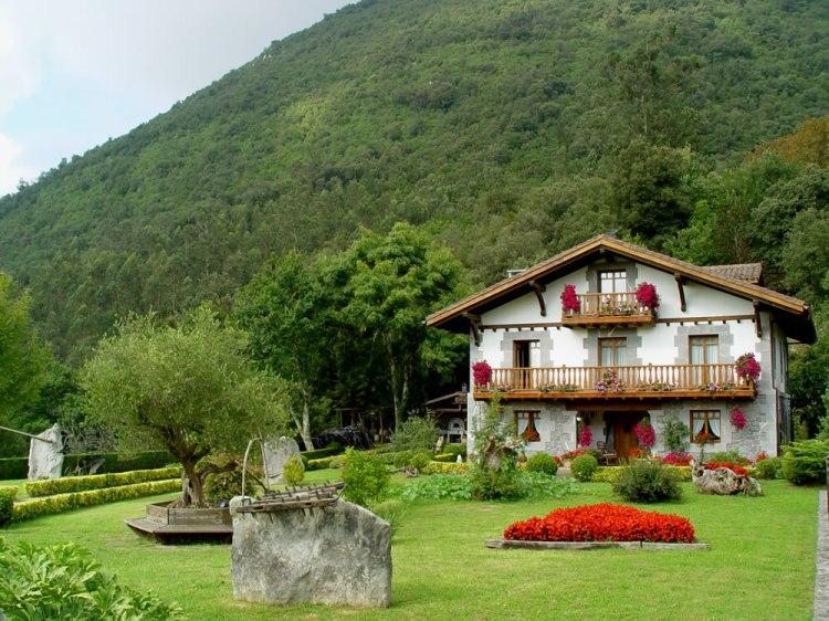 Nein, das ist nicht in Oberstdorf. Ein typisch baskisches Landhaus.
